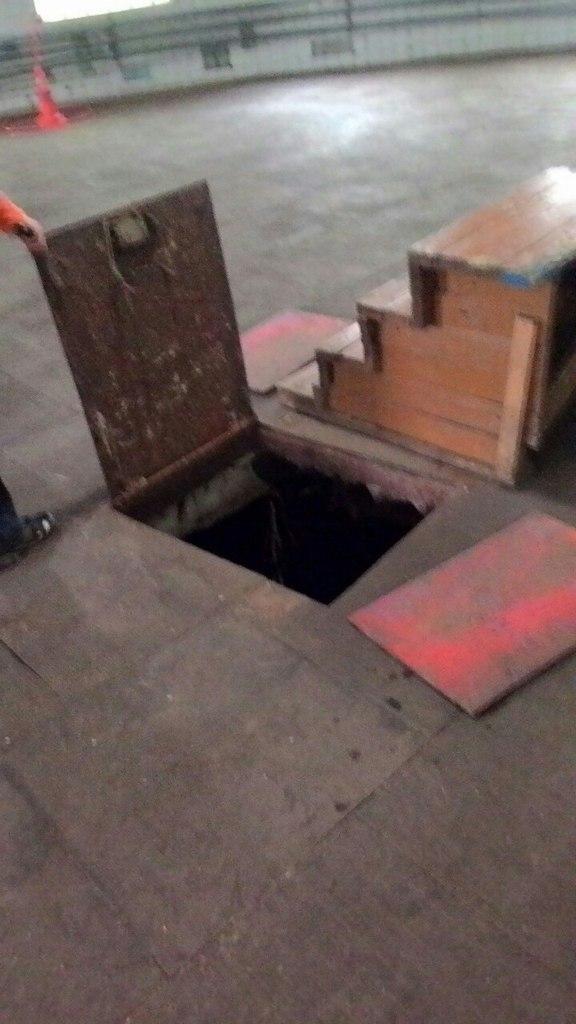 вход в подвал манежа